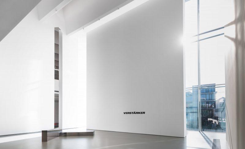 Verstärker 1, 2016, Edelstahl spiegelpoliert/ polished stainless steel, 770 x 220 x 248 cm, Kunsthalle Weishaupt, Foto: Jan Windszus